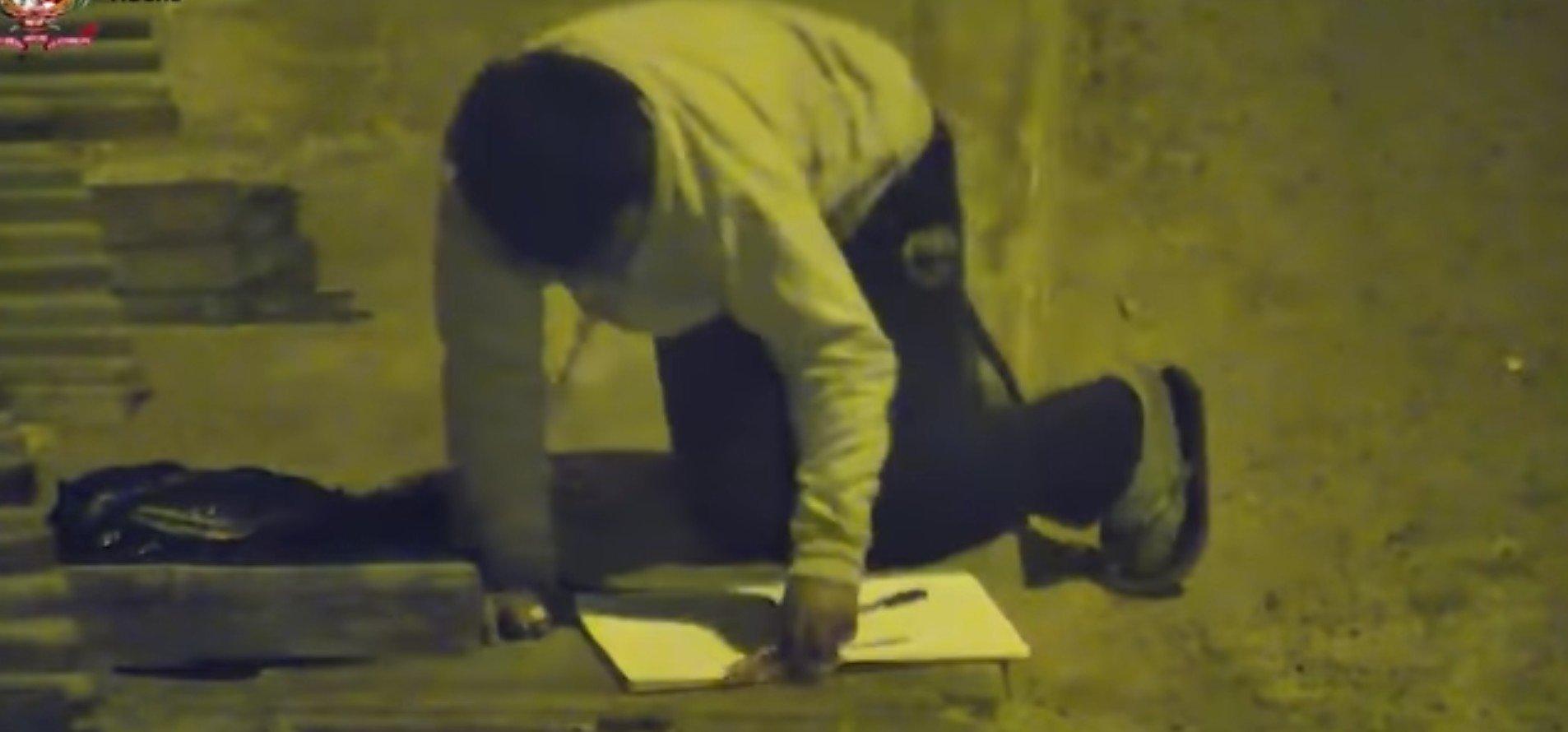 Victor étudiant à la lumière d'un réverbère. l Source: YouTube/L'Obs