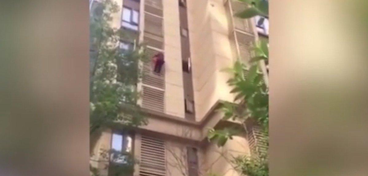 La vieille femme descendant la facade de l'immeuble. l Source: YouTube/Keanu Reeves-Official