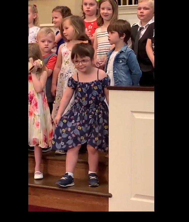 Lily durant sa performance hilarante. l Source:  LeHuffPost