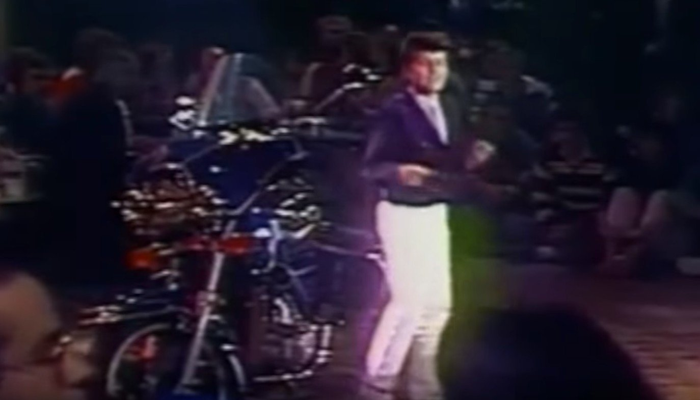 Billy sur scène dans les années 80. l Source: YouTube/Ça commence aujourd'hui