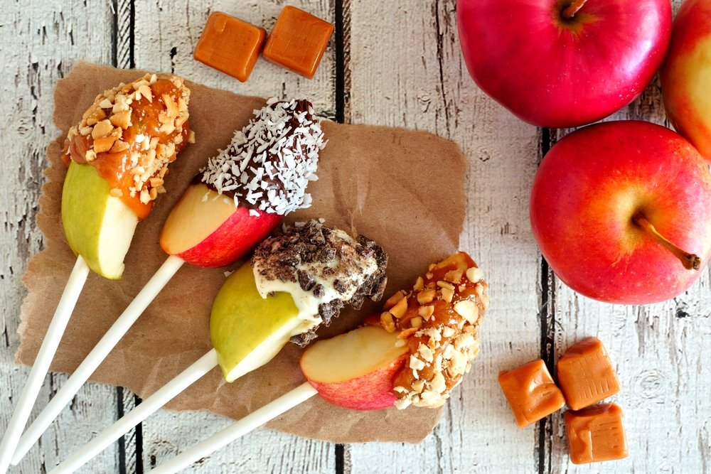 Candy apples slices dipped with chocolate and caramel. | Photo: Shutterstock