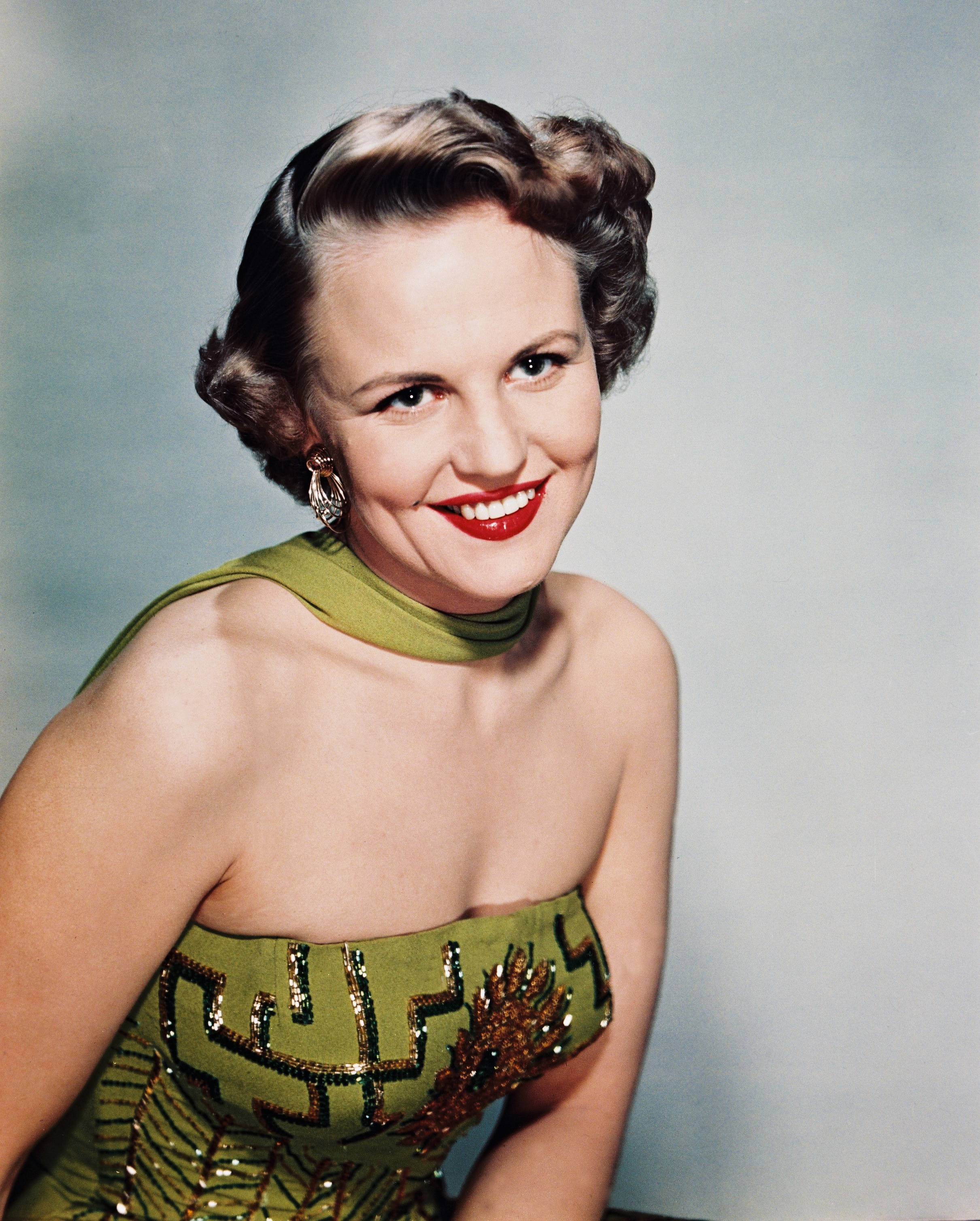 Peggy Lee (1920-2002), in a green strapless dress and a green scarf, circa 1965 | Photo: Getty Images