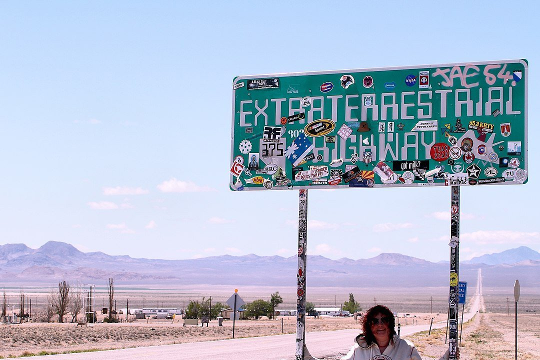 A woman at the gateway to Area 51 | Photo: Flickr/Aurwolfhound