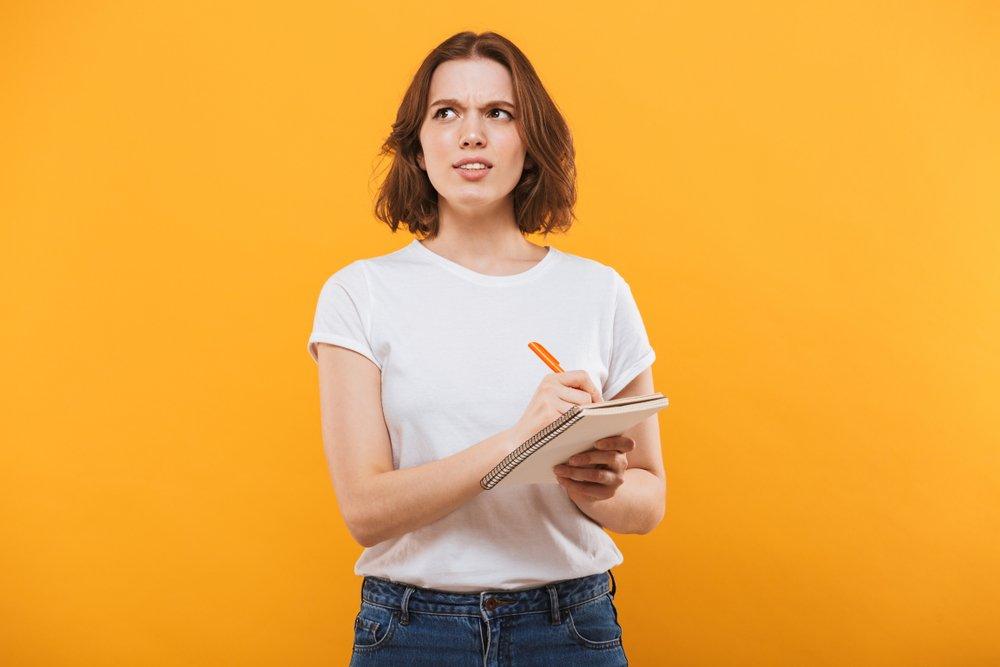 Femme confuse faisant des comptes. Source : Shutterstock