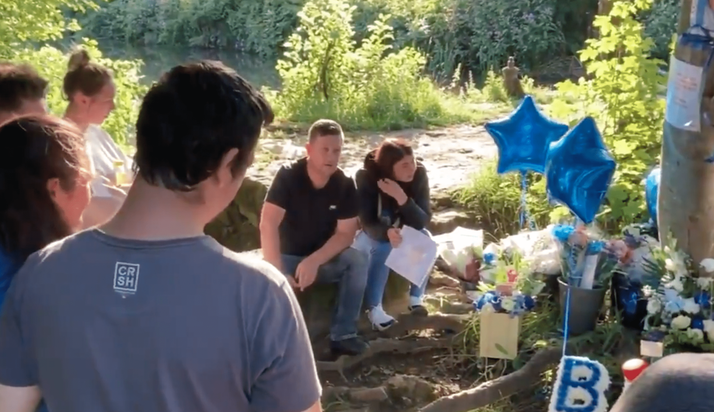 Loved ones gather next to a canal with balloons and cards to honor a young boy who drowned   Photo: Twitter/GHR_Derbyshire
