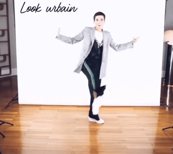 Cristina Cordula donne une master-class sur le port du jogging. | Photo : Instagram/cristinacordula