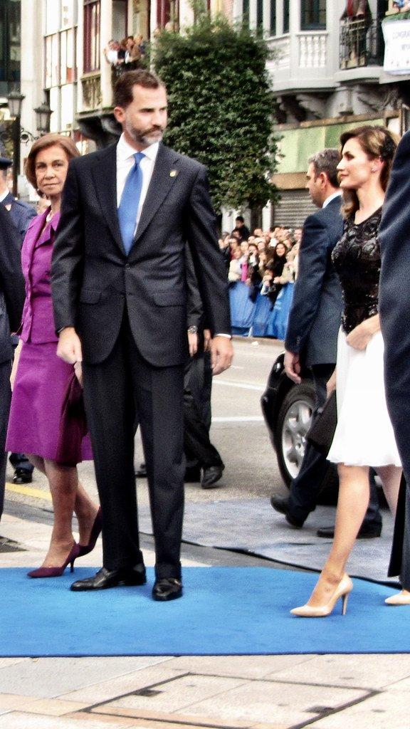 Felipe VI y Letizia, reyes de España, y doña Sofía, la reina madre, llegando a un evento.| Foto: Flickr