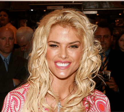 Model Anna Nicole Smith signs autographs at Grand Central Station to kick off the new National Enquirer magazine on April 7, 2005 in New York City. | Source: Getty Images