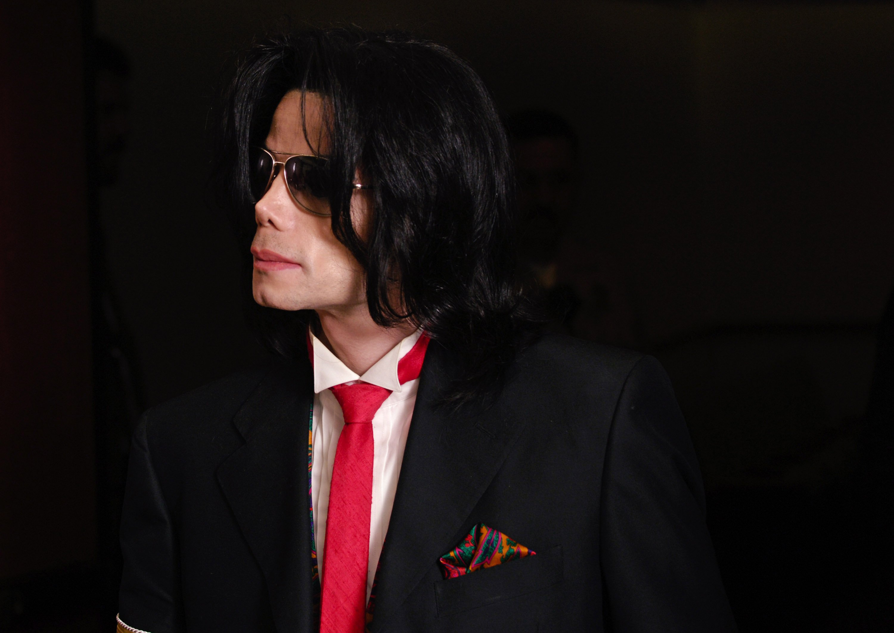 Michael Jackson leaves the courtroom following proceedings in his child molestation trial, 2005. | Photo: GettyImages