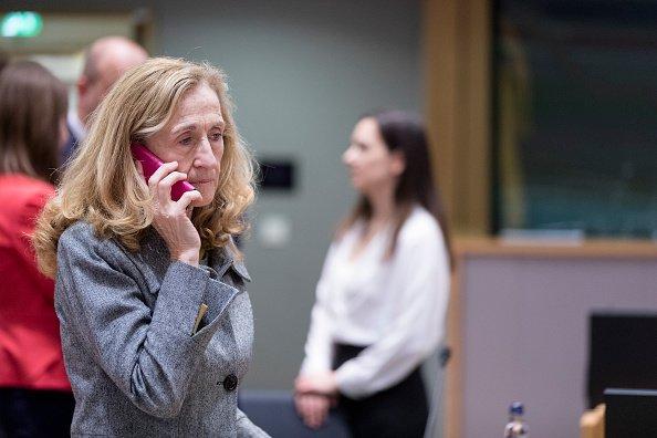 Ministre de la Justice française, Nicole Belloubet au téléphone. | Photo : GettyImage