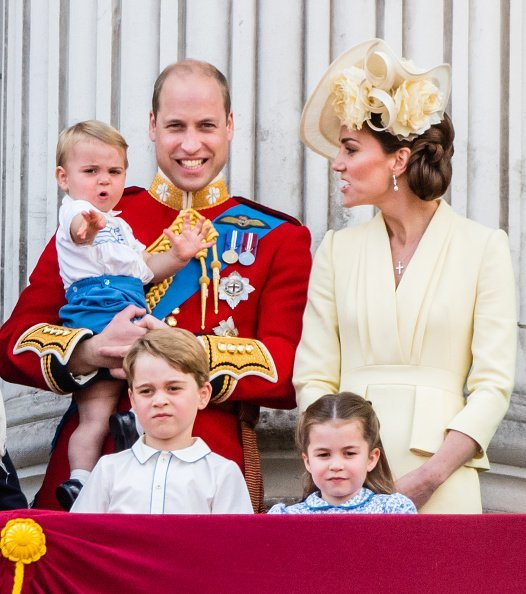 Prince Louis, Prince George, Prince William, Duke of Cambridge, Princess Charlotte and Catherine, Duchess of Cambridge on the balcony.| Photo: Getty Images.