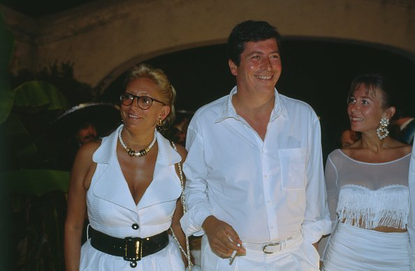 Patrick Balkany et son épouse Isabelle Balkany assistant à la fête d'Eddy Barclay à Port Grimaud, le 24 juillet 1992. | Photo : Getty Images