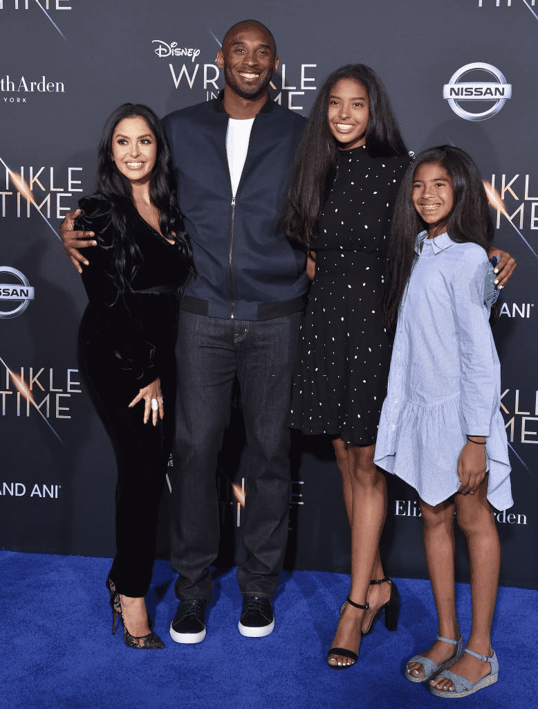 "LOS ANGELES, CA - 26 FÉVRIER : (G-D) Vanessa Laine Bryant, l'ancien joueur de NBA Kobe Bryant, Natalia Diamante Bryant et Gianna Maria-Onore Bryant arrivent à la première de ""A Wrinkle In Time"" de Disney au El Capitan Theatre le 26 février 2018 à Los Angeles, Californie. 