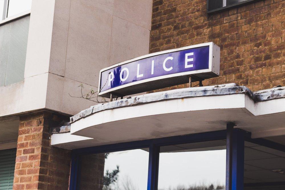 Image d'un bâtiment de commissariat de police.   Shutterstock