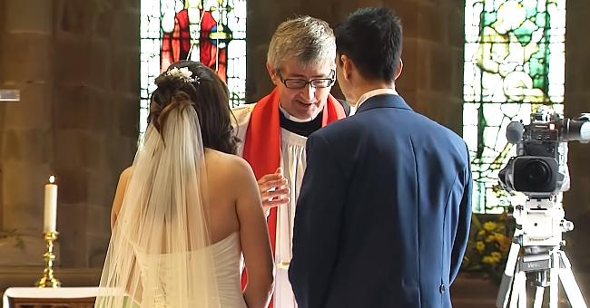 Le marié interrompt la cérémonie pour jouer la mariée