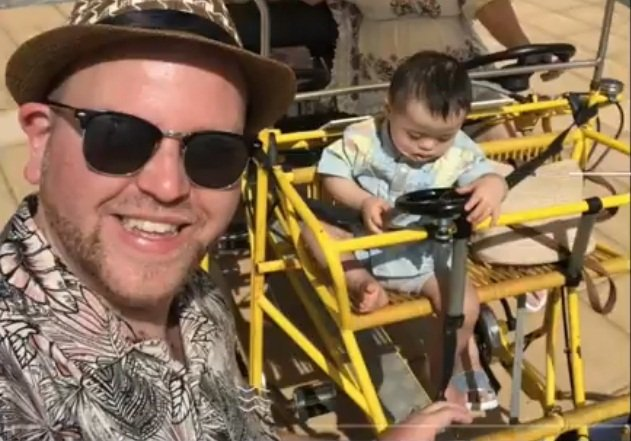 Ben Carpenter en el parque con uno de sus niños. | Foto: YouTube/Panax Center