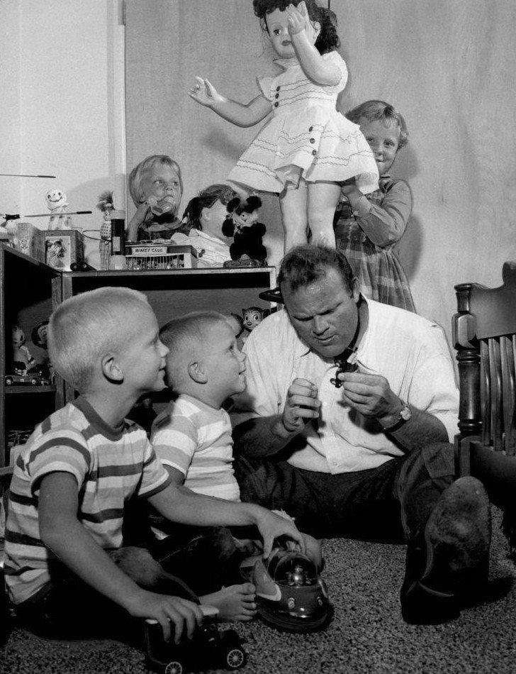 Dan Blocker con sus cuatro hijos, circa 1960   Foto: Wikimedia Commons
