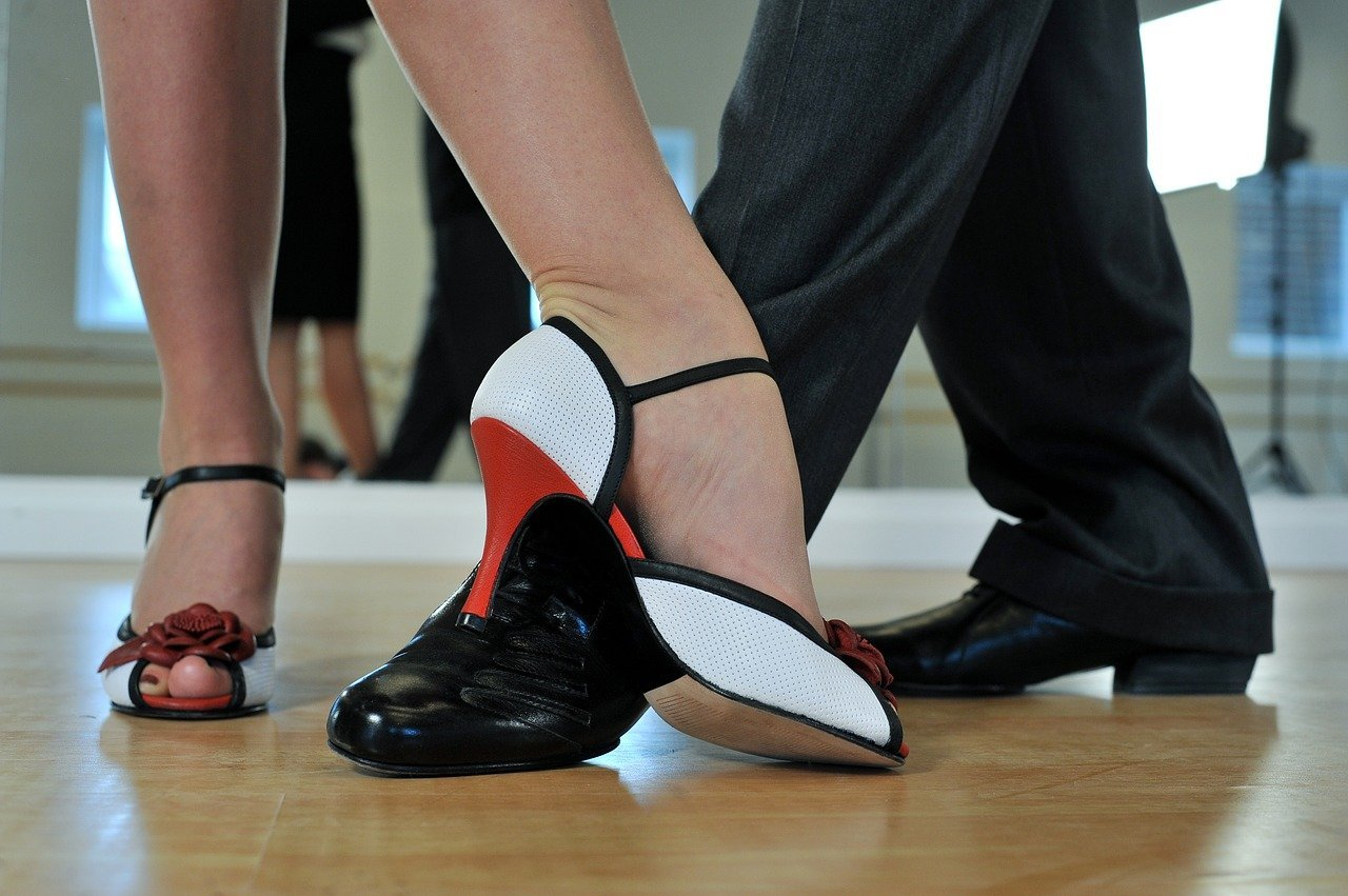 The feet of a couple who is performing a dance routine   Photo: Pixabay/Bernard-Verougstraete