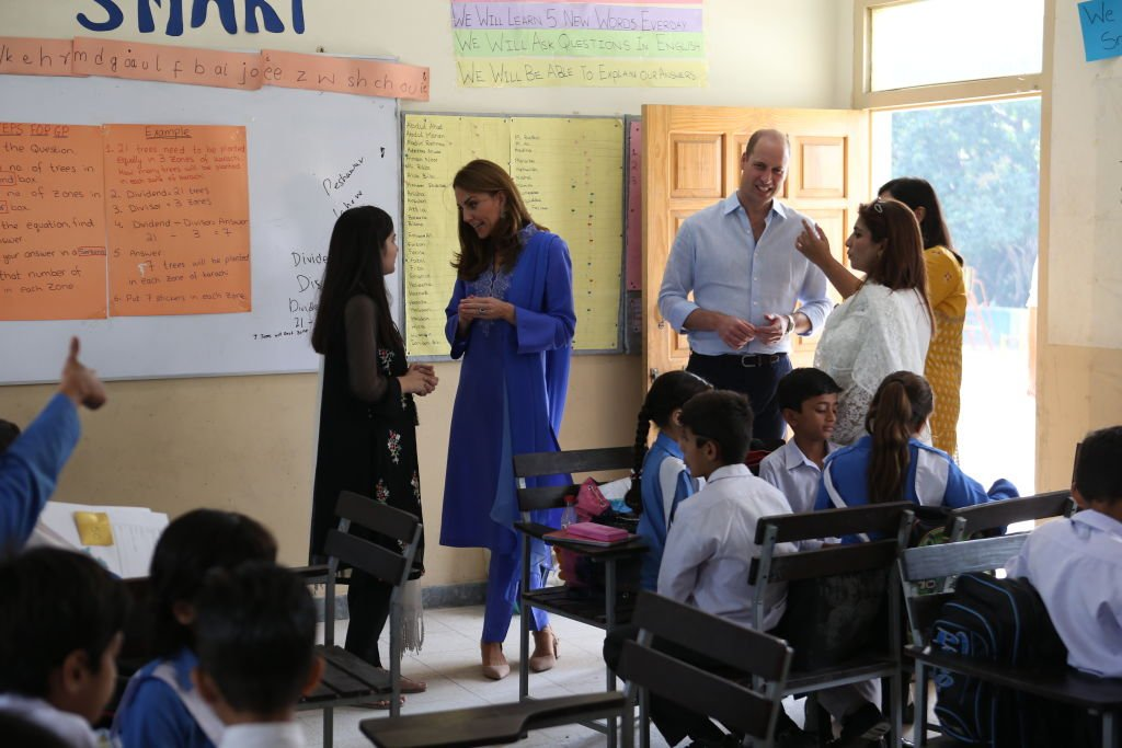Le prince William en conversation avec un élève lors de la visite d'une école à Islamabad, au Pakistan. | Photo: Getty Images