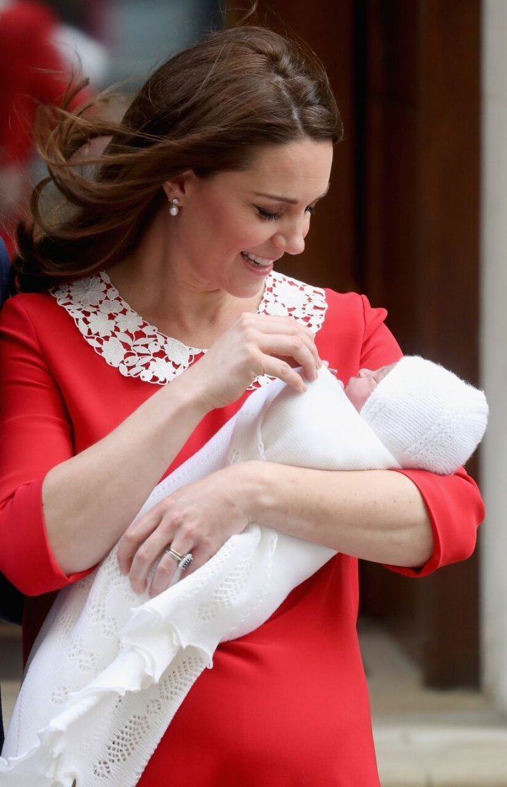 Kate Middleton montre le Prince Louis au monde entier peu après sa naissance en avril 2019 | Photo : Getty Images