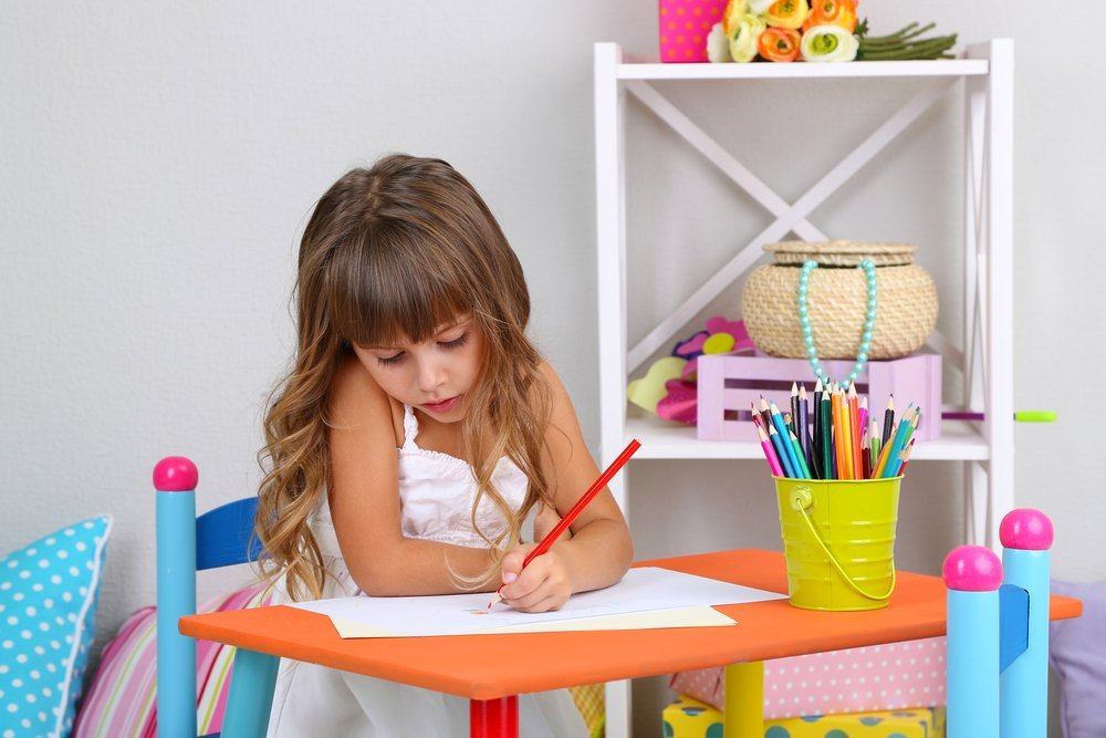 A little girl drawing. | Photo: Shutterstock.