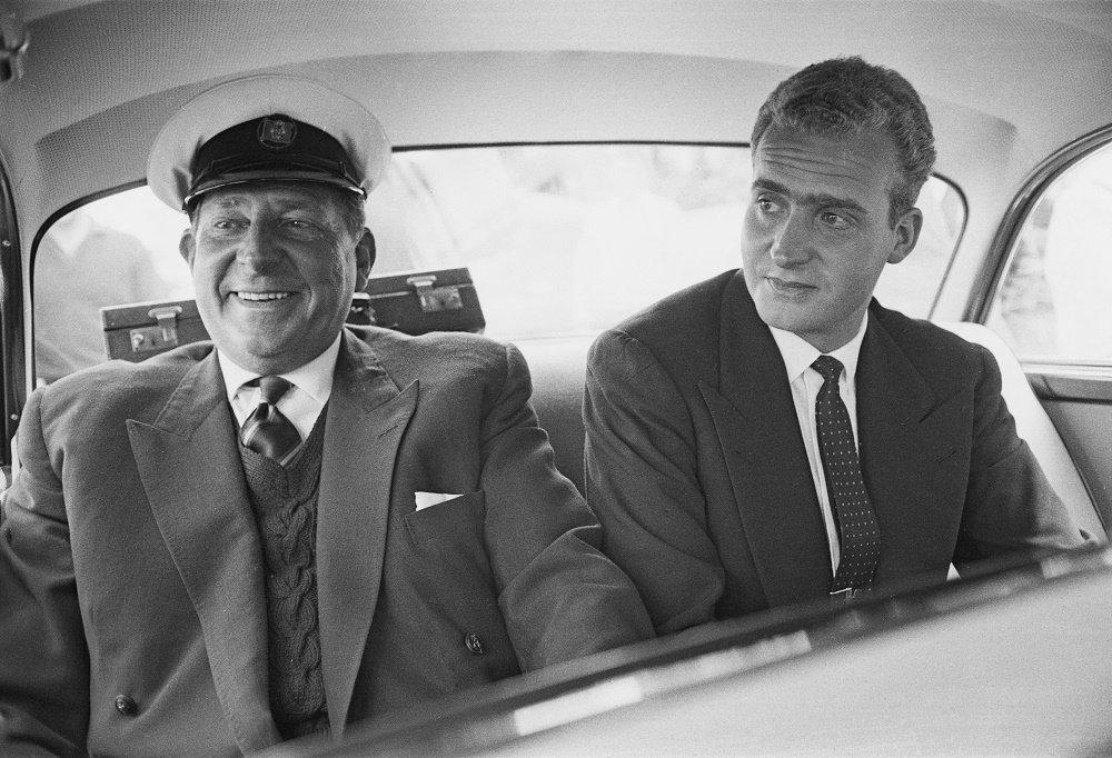El Rey Juan Carlos y su padre, en un automóvil en Cowes. | Imagen: Getty Images/ GlobalImagesUkraine