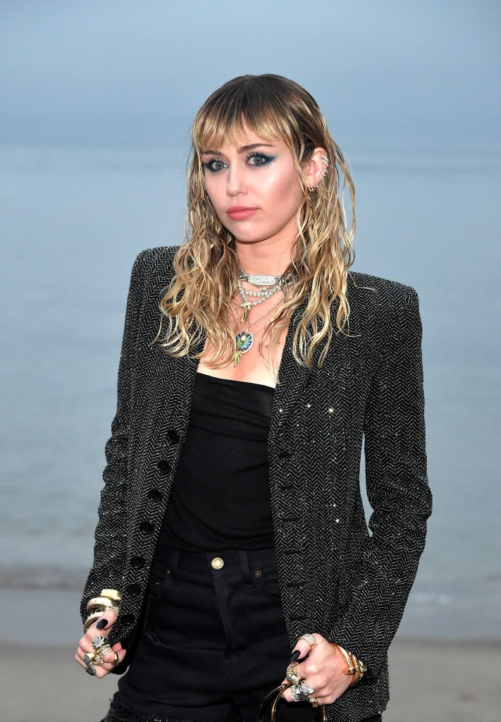 Miley Cyrus assiste au Saint Laurent Mens Spring Summer 20 Show. | Source : Getty Images