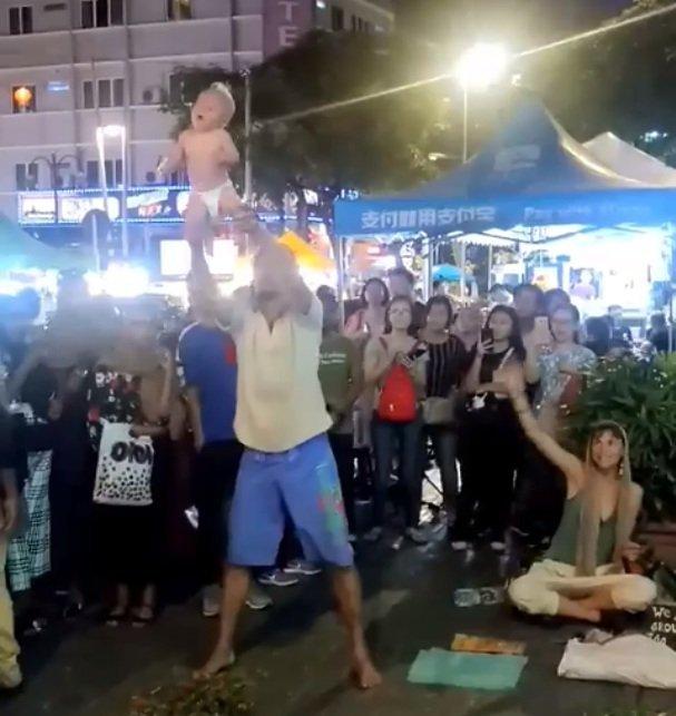 Mann schleudert Kind durch Luft - Quelle: Facebook/Zayl Chia Abdulla