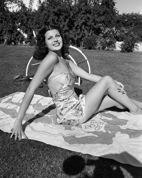 Rita Hayworth sunbathes in circa 1939 | Photo: Getty Images