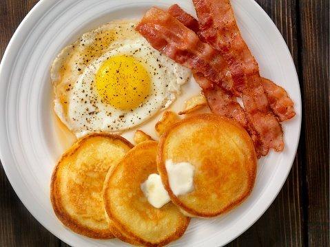 Petit déjeuner: pancakes, bacon et œufs   Photo: Getty Images