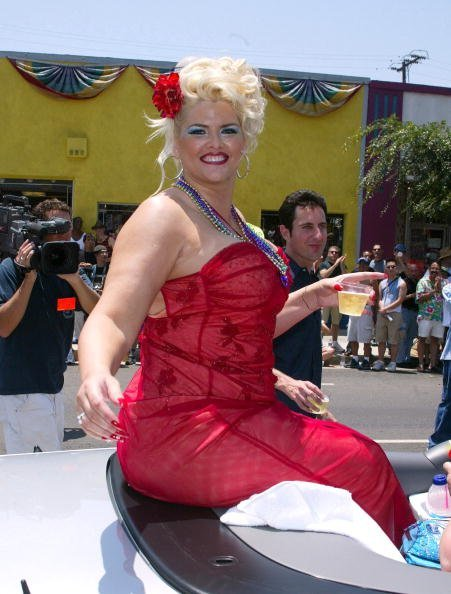 Anna Nicole Smith at the Santa Monica Blvd. in West Hollywood, California.| Photo: Getty Images.