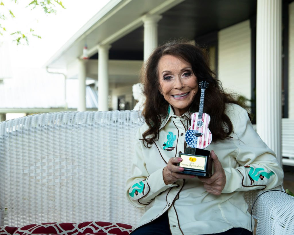 Loretta Lynn poses with her Cracker Barrels Country Legend Award at The Loretta Lynn Ranch on September 13, 2019 in Nashville, Tennessee. | Source: Getty Images