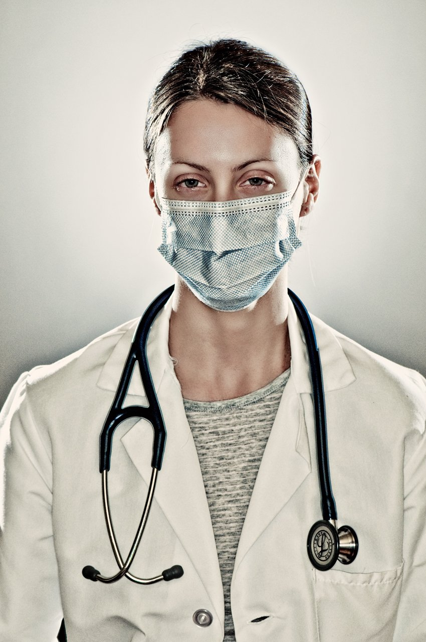Enfermera con la boca tapada y un estetoscopio. | Imagen: Flickr