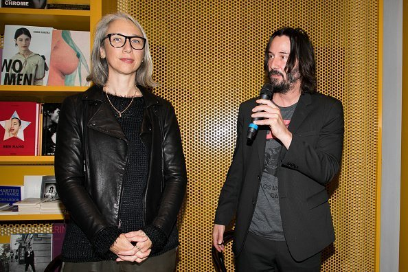 "Alexandra Grant et le comédien Keanu Reeves assistent au lancement des livres ""X Artists"" au Palais De Tokyo le 10 novembre 2017 à Paris, France 