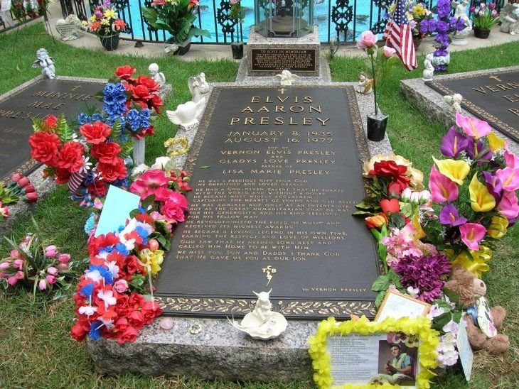 Elvis Presley's grave in Graceland, Memphis Tennessee | Source: Flickr