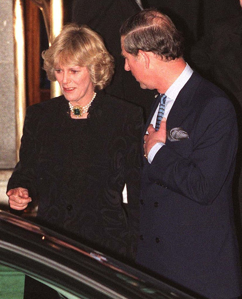 Camilla Parker Bowles and Prince Charles walk out of the Ritz January 28, 1999. | Source: Getty Images