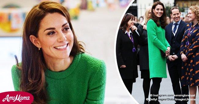 Kate Middleton se fait remarquer dans une robe verte de 2 300 €, et ses petites boucles d'oreilles qui coûtent presque le même prix