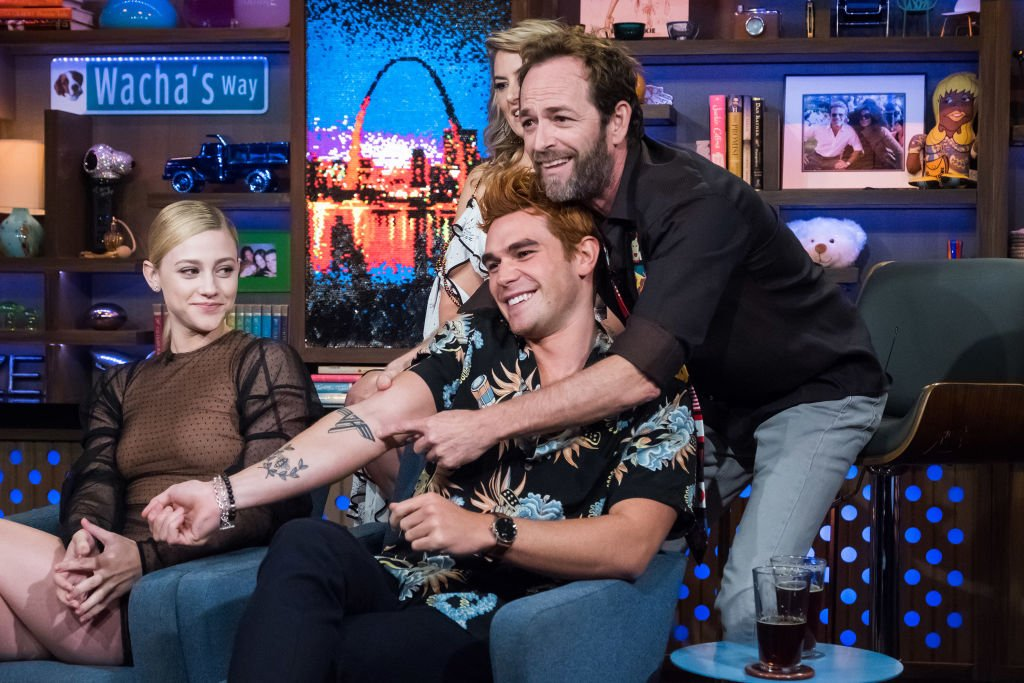 Lili Reinhart, KJ Apa, Madchen Amick and Luke Perry Watch What Happens Live With Andy Cohen - Season 15 | Photo: Getty Images