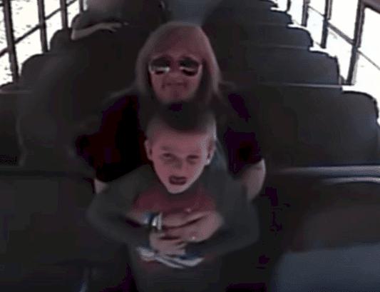 Ginger Maxville en train de sauver le petit garçon | Source : YouTube/Hollywood Hits