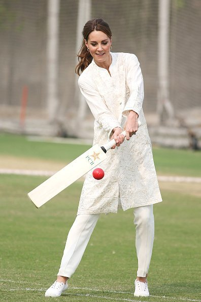 Catherine, Duchess of Cambridge visits the National Cricket Academy during their royal tour of Pakistan | Photo: Getty Images
