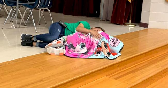 Conserje se recuesta en el suelo para consolar a estudiante con autismo, en emotiva foto