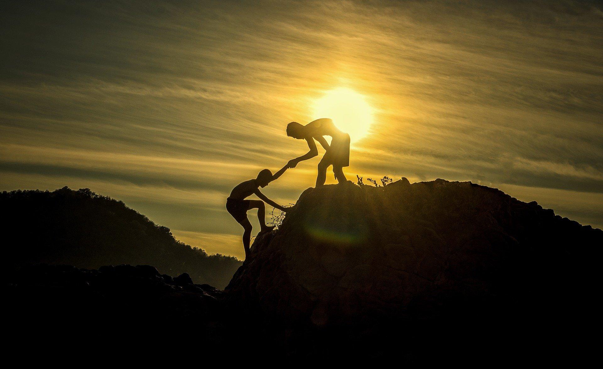 Persona tienda una mano para ayudar a otra. Fuente: Pixabay