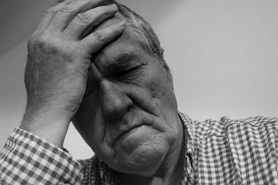 Mann mit Kopfschmerzen | Quelle: Pixabay