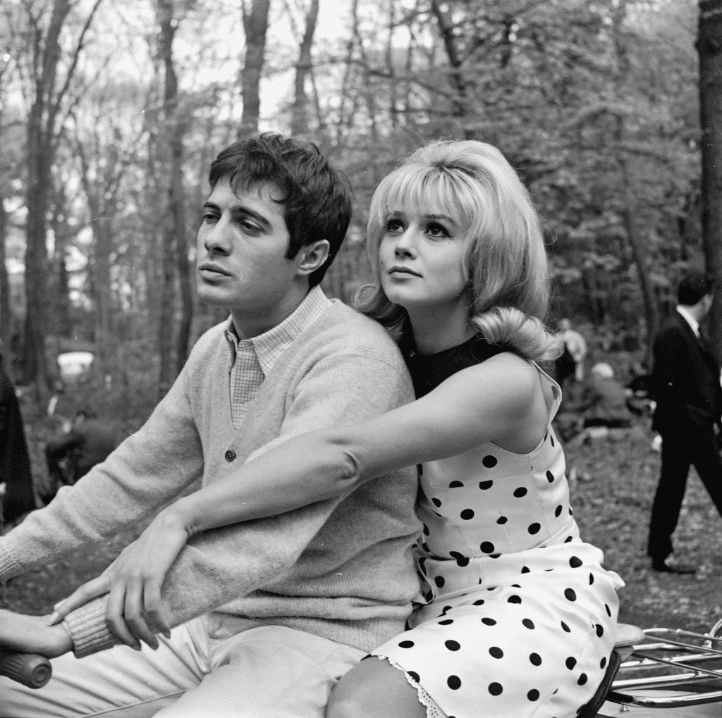 "FRANCE - VERS 1963 : Guy Bedos et Sophie Daumier lors du tournage du film ""Dragees au poivre"" de Jacques Baratier. France, 1963. 