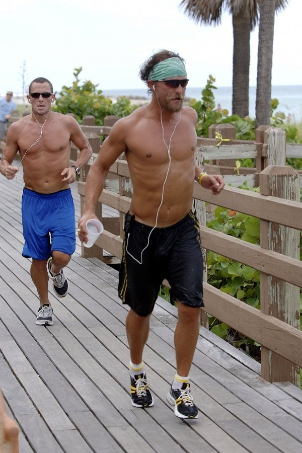 McConaughey and Armstrong jog on South Beach on August 23, 2006 in Miami Beach, Florida | Source: Getty Images