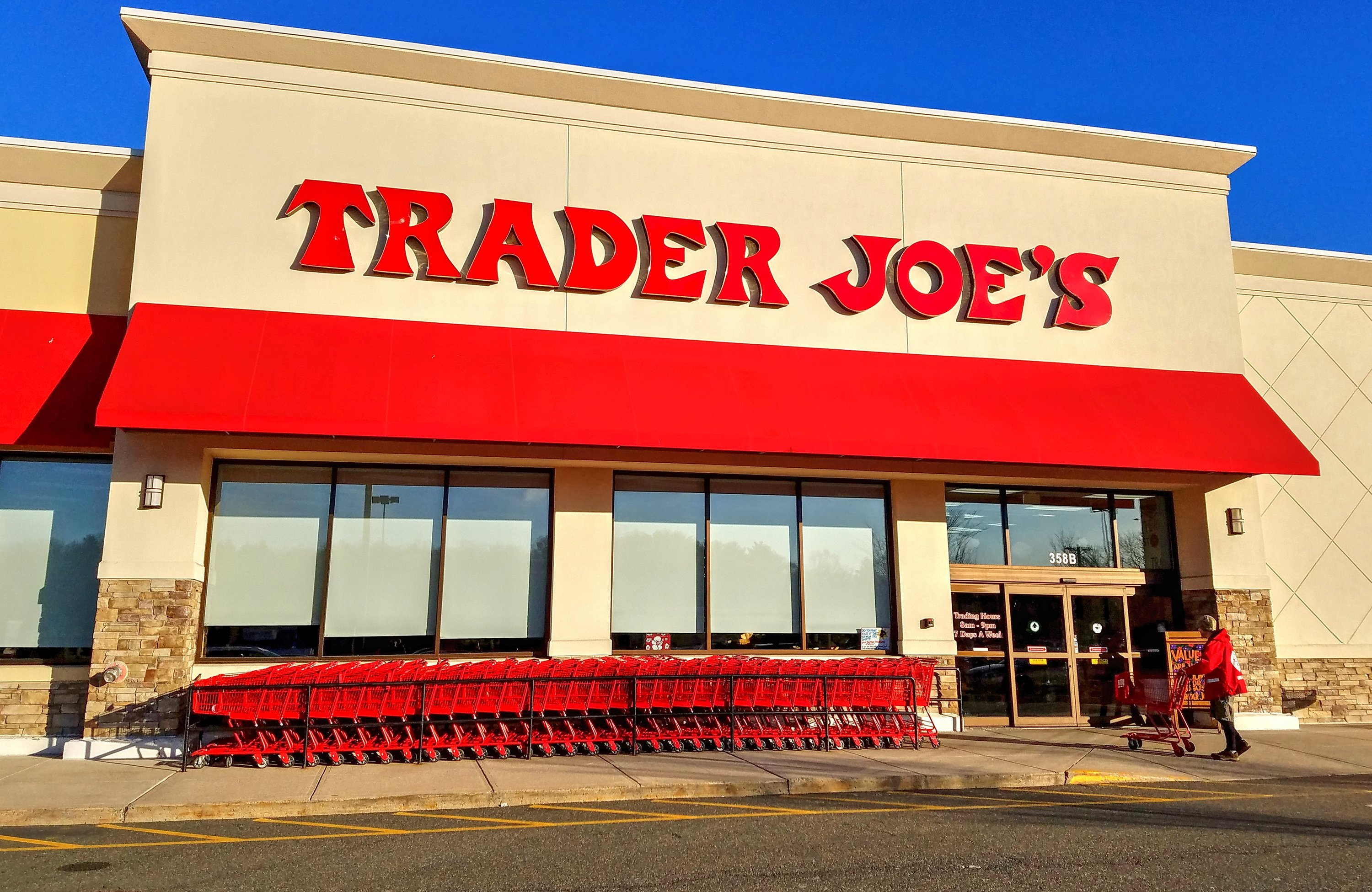 A customer with a shopping cart preparing to walk into a Trader Joe's store in Saugus, Massachusetts, on February 27, 2018 | Photo: Shutterstock
