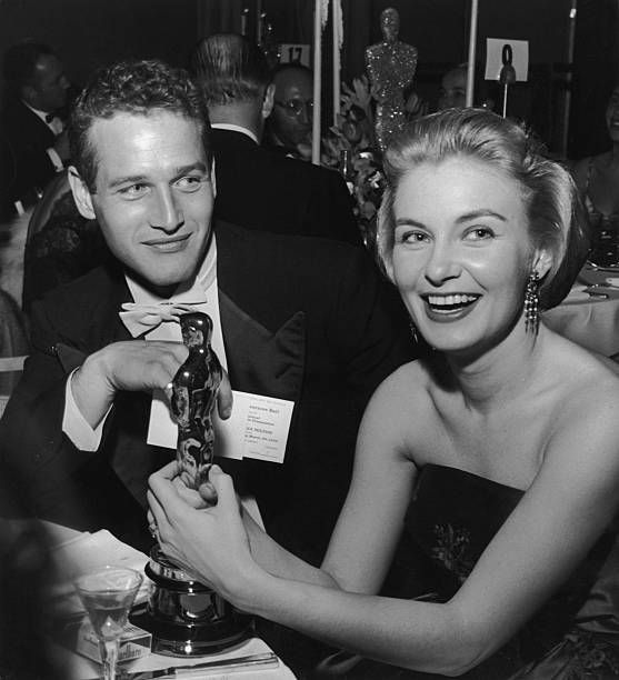 Paul Newman und Joanne Woodward beim The Governor's Ball im Beverly Hilton Hotel, 1958   Quelle: Getty Images