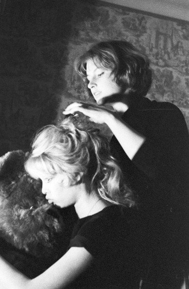 Brigitte Bardot et sa soeur Mijanou Bardot, le 3 avril 1958. | Photo : Getty Images