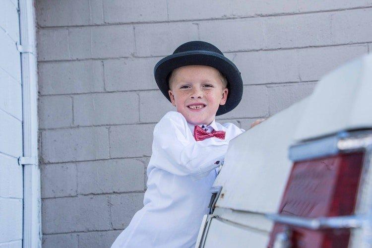 Un enfant sourit fixant le caméra | Unsplash