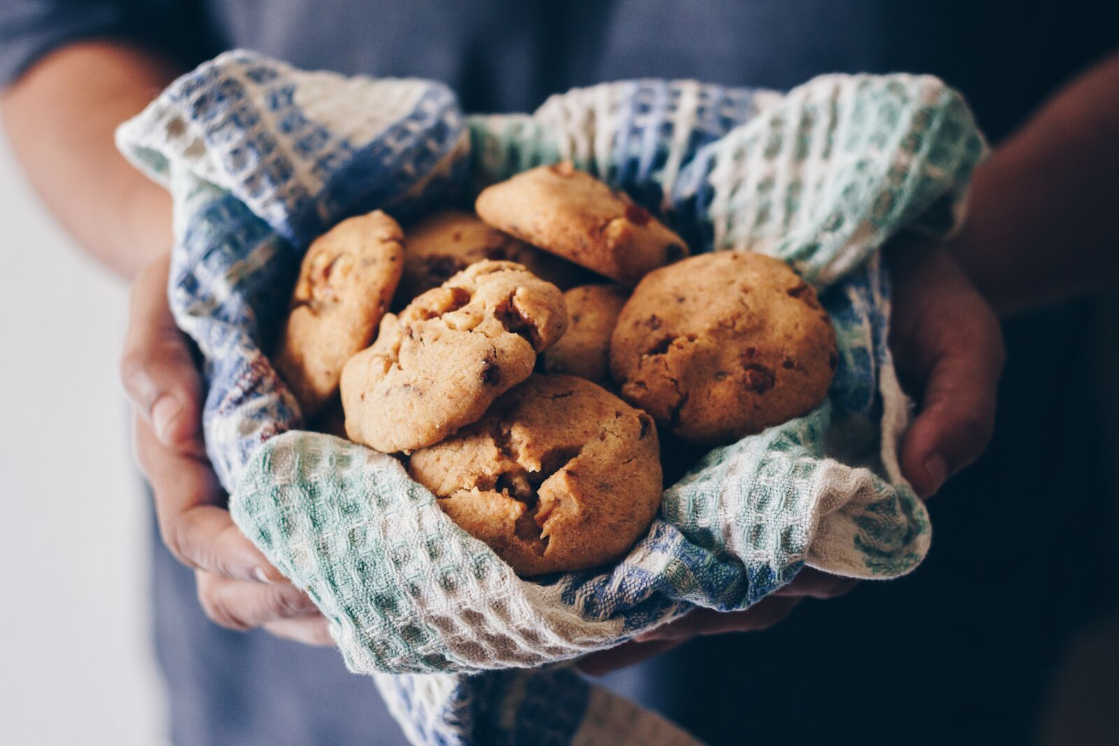 Bunch of cookies held in cloth | Photo: Shutterstock